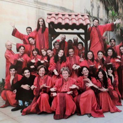 Ritratt tal-Kor stil Gospel EnKor (Lorna tinsab quddiem).  Photo with Gospel Choir EnKor (Lorna is at the front)