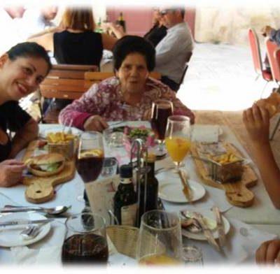 Jum l-Omm, 2018, Lorna ma' ommha Marija, ħuha Alvin u t-tfal.  Mother's Day 2018, Lorna with her mother Maria, her brother Alvin and the kids.